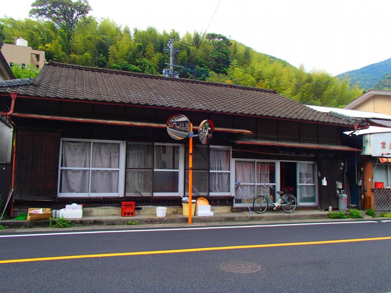 村の商店街通りの古民家